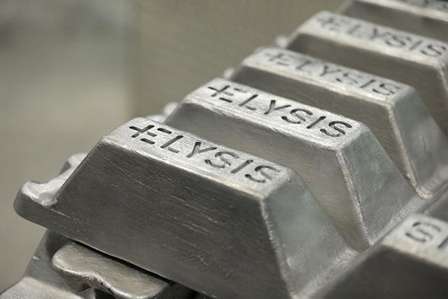Apple carbon-free aluminum smelting method
